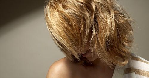 Haare mit schimmernden Goldreflexen, glänzend wie die Sonne selbst