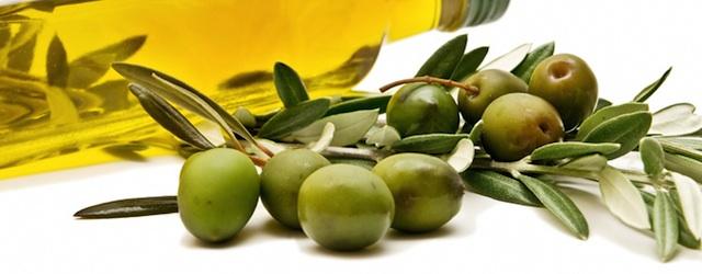 Reines Olivenöl spendet viel Feuchtigkeit und pflegt trockene Haut (