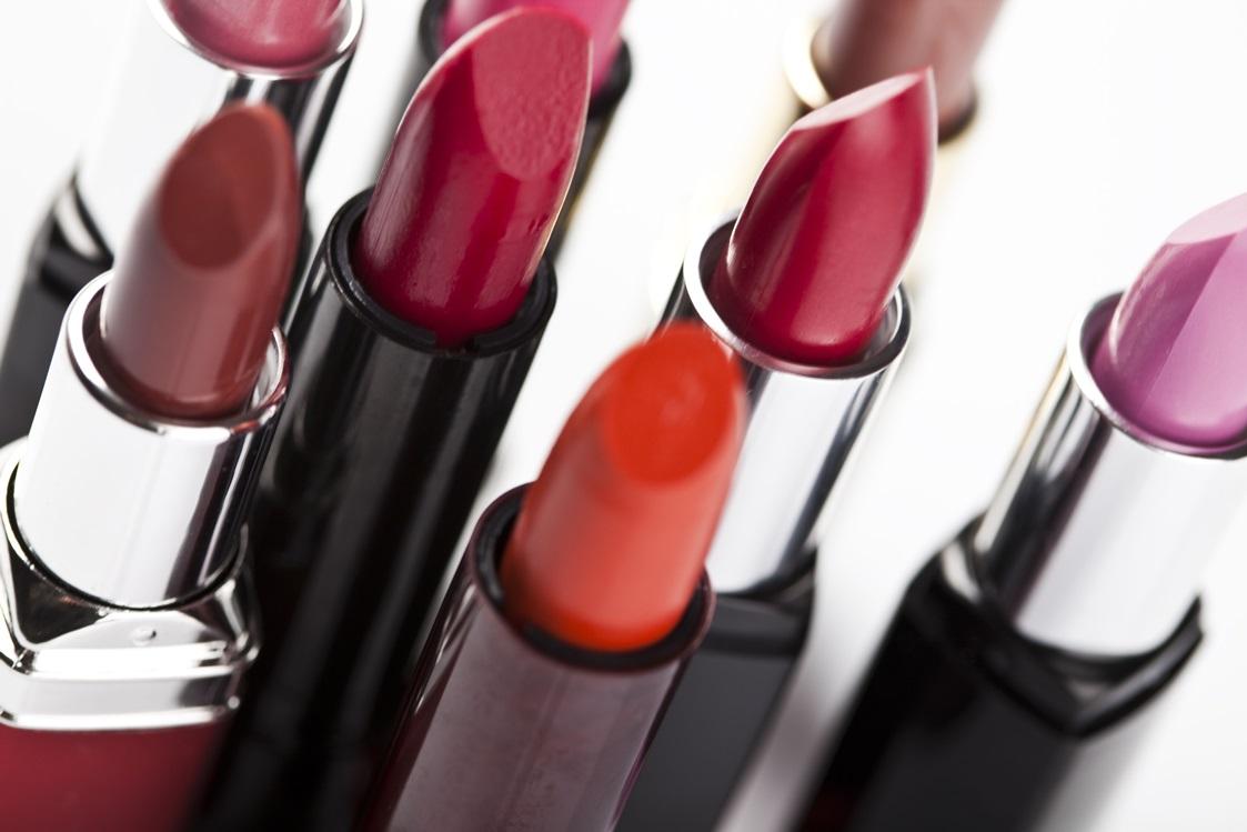 Lippenstifte in orange, rot und braun