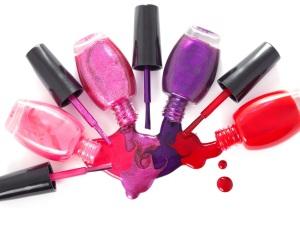 Nagellack in den Farben rot und pink