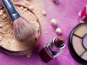 Make-up: Pinsel, Puder und Lippenstift