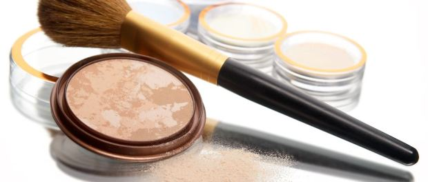 Puder und Pinsel fürs Make-up
