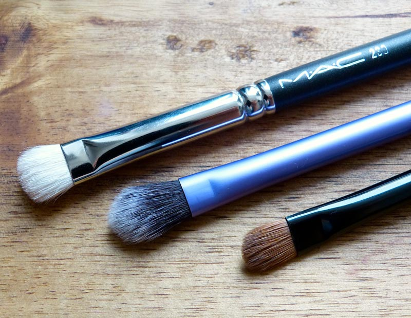 Make-up: Lidschatten auftragen mit den Pinseln: MAC 239 // Realtechniques Base Shadow Brush // Artdeco Lidschattenpinsel