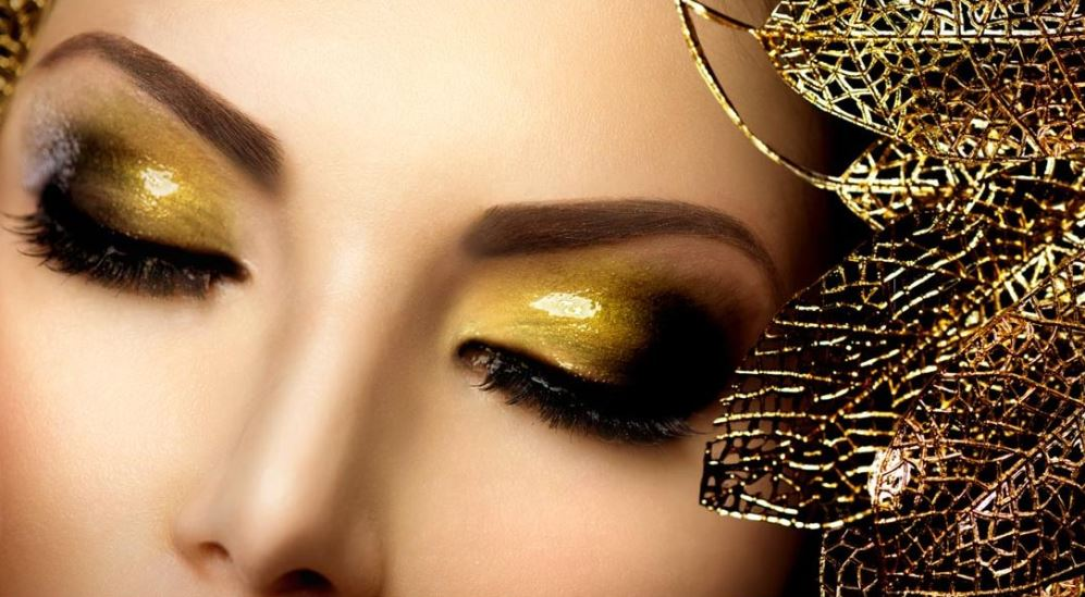 Smokey Eyes in Gold-Tönen schminken